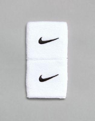 Pack de 2 muñequeras blancas con logo de Nike Training