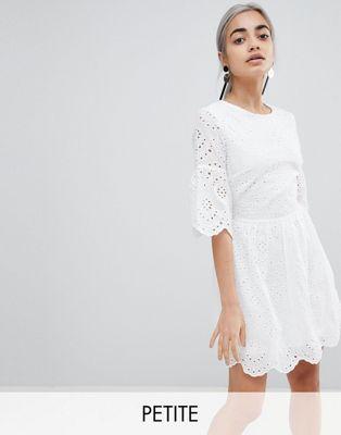 Parisian Petite – Broderad klänning med detalj på ärm