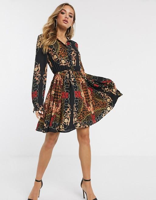 PrettyLittleThing – Kort svart skjortklänning med plisserad kjol och scarfmönster
