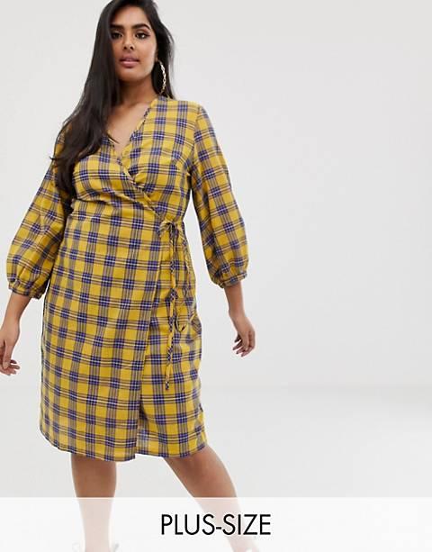 PrettyLittleThing Plus – Gul, rutig midiklänning med omlott och knytning i sidan
