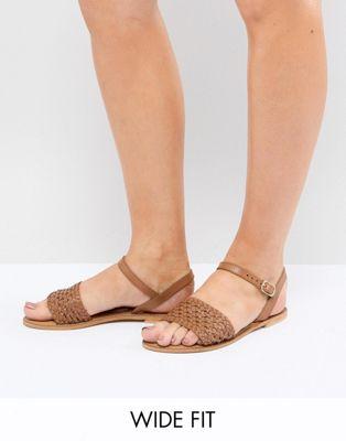 Sandalias planas de corte ancho en cuero Victory de ASOS DESIGN