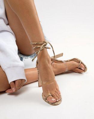 Simmi – Vanessa – Sandalen in Schlangenlederoptik mit Absatz und transparentem Detail