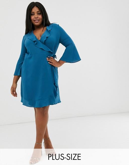 Синее платье с запахом, оборками и расклешенными рукавами Outrageous Fortune Plus