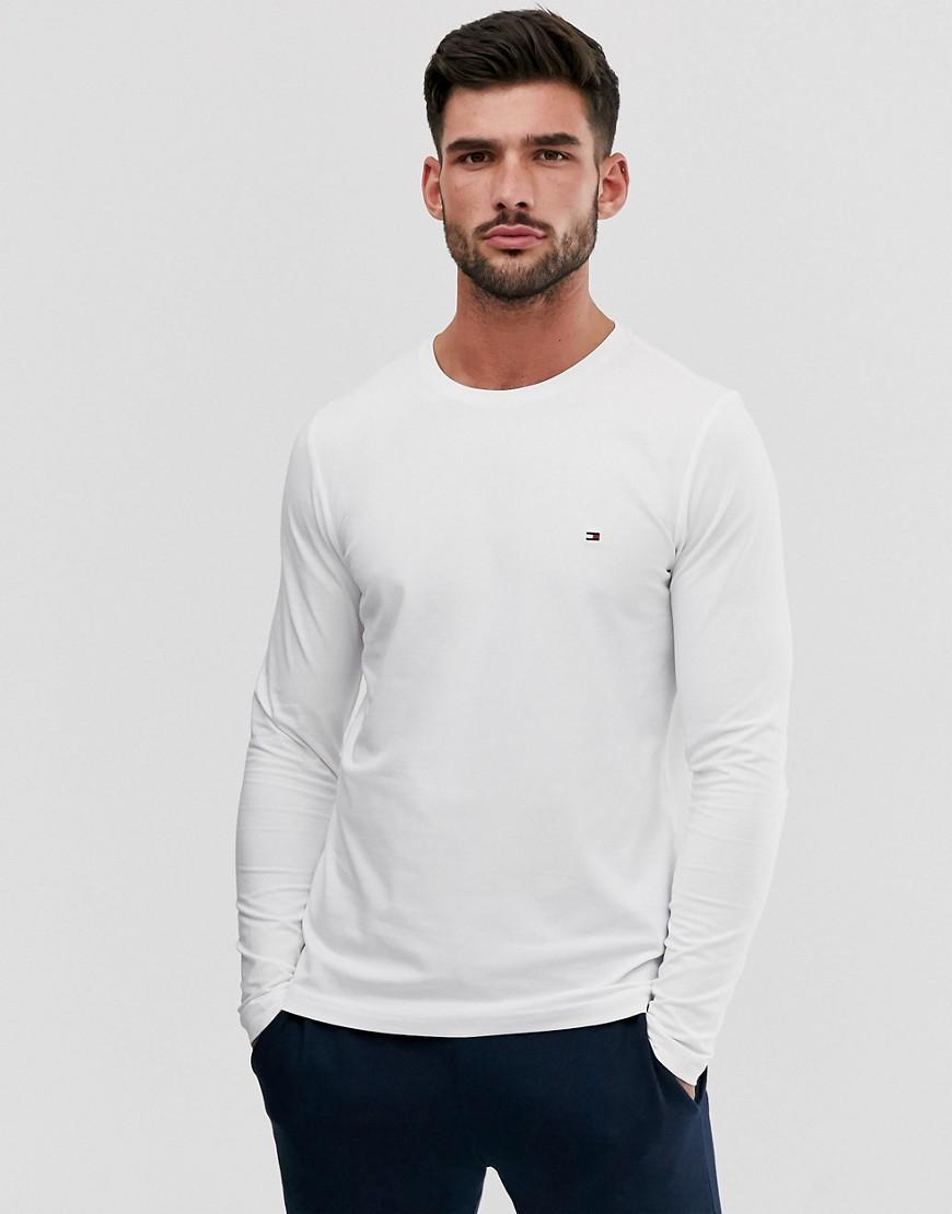 Se Tommy Hilfiger - Hvid t-shirt i smal pasform med lange ærmer og klassisk logo ved Asos