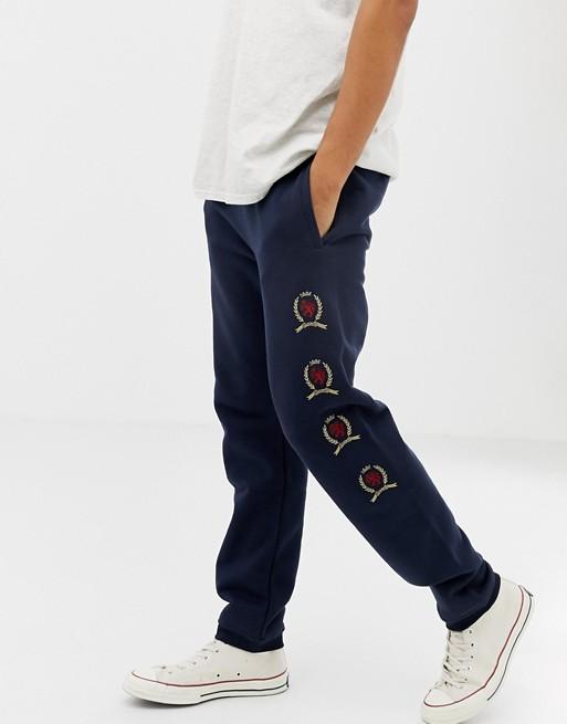 Tommy Jeans - 6.0 Limited Capsule - Pantalon de jogging avec logo écusson répété - Bleu marine