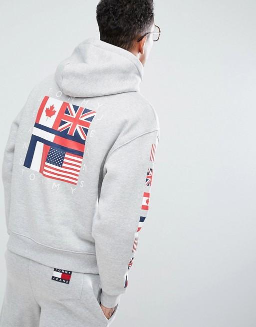 Tommy Jeans Capsule '90 Felpa grigio mélange con cappuccio e logo a bandiere sul retro e sulle maniche