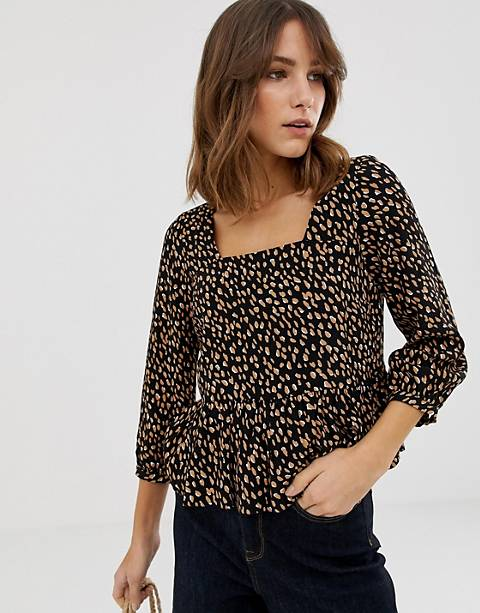 Top con sobrefalda y estampado de lunares de New Look