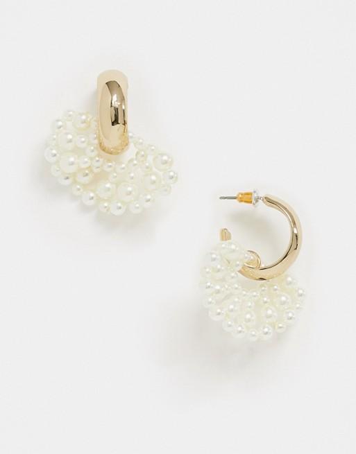 Topshop – Goldene Creolen mit Perlenfächer in Creme