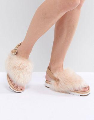 UGG – Holly – Flache, flauschige Sandalen in Beige mit Schnallendesign