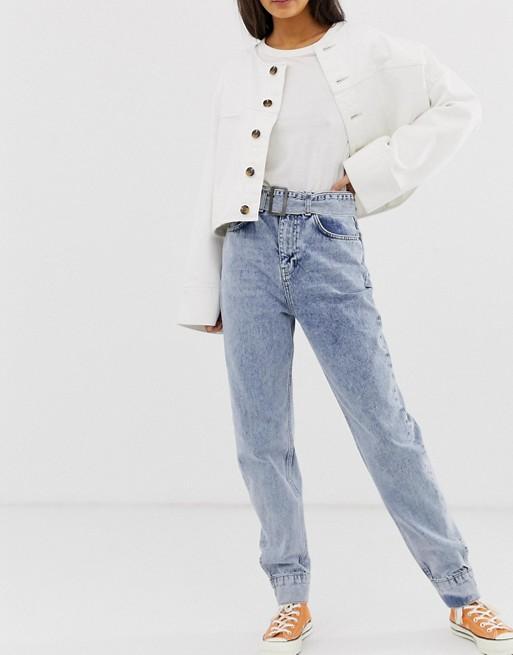 Imagen 1 de Vaqueros mom de cintura alta en tejido rígido con lavado claro vintage con cinturón y detalle de bajos ajustados Ritson de ASOS DESIGN