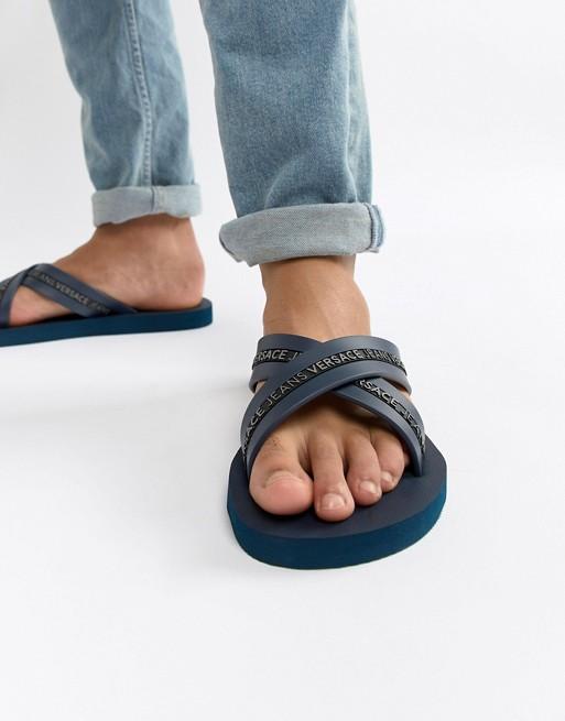Versace Jeans - Tongs croisées avec logo - Bleu marine 1c2f5dec668