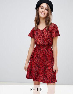 Vestido con cintura fruncida y estampado animal en motivos rojos de New Look Petite