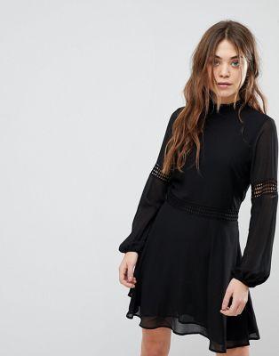 Vestido con cuello alto y aplicación de croché de New Look