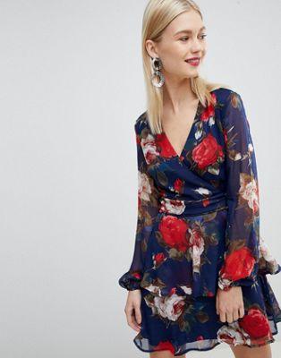 Vestido floral con cuello de pico y volante a capas de Lipsy