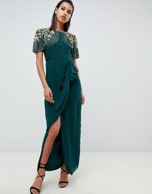 Vestido largo con adornos y falda cruzada con volantes en verde esmeralda de Virgos Lounge