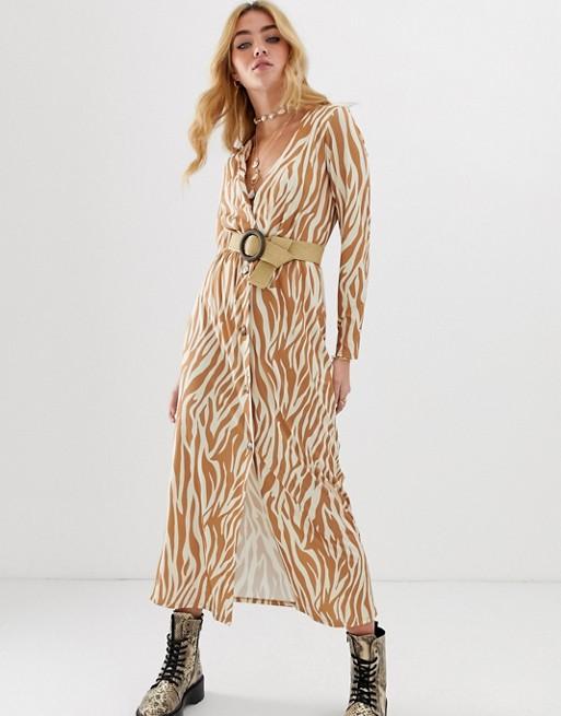 Imagen 1 de Vestido largo con diseño abotonado y cinturón con estampado de cebra de ASOS DESIGN