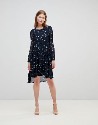 Imagen 1 de Vestido midi azul marino con estampado de florecitas de Vero Moda Petite