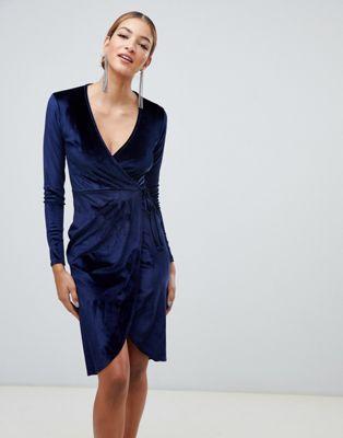 Vestido midi azul marino de terciopelo con lazo a la cintura y diseño cruzado de Boohoo