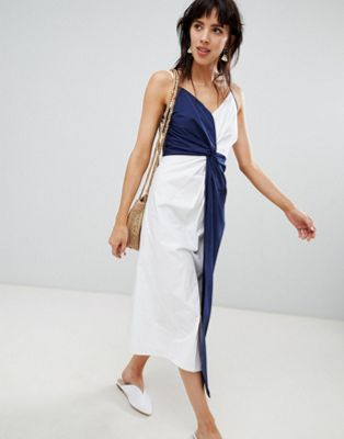 Vestido midi con detalle de nudo en azul marino y blanco de Warehouse