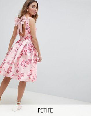 Vestido midi con lazo en la espalda y estampado floral en rosa de Chi Chi London Petite