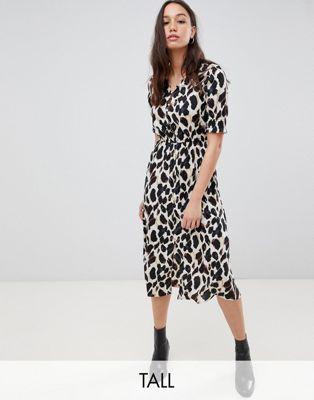 Imagen 1 de Vestido midi con manga fruncida y parte delantera abotonada con estampado de leopardo de Influence Tall