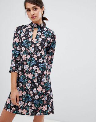 Vestido recto de flores con detalle de gargantilla de Girls On Film