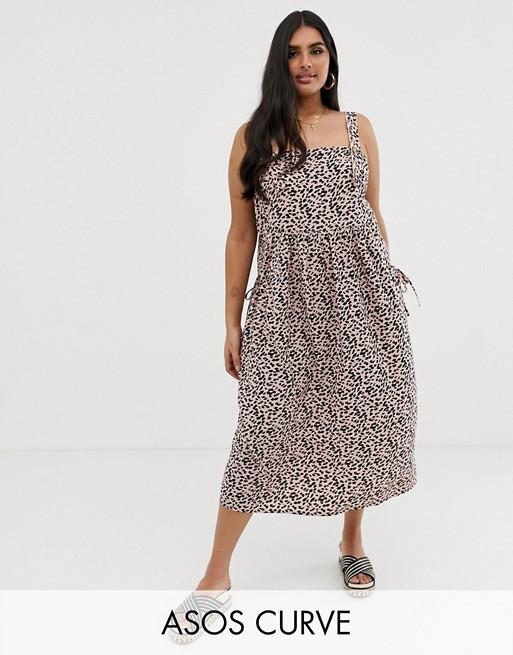 Imagen 1 de Vestido veraniego mini tipo peto con detalle de bolsillo y estampado de leopardo de ASOS DESIGN Curve