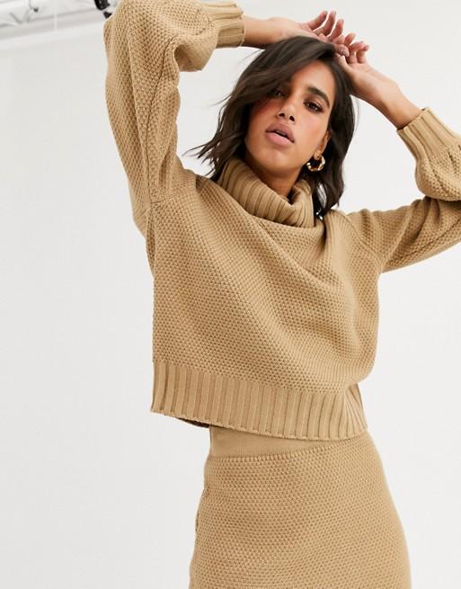 Y.A.S – Jasnobrązowy sweter z golfemo waflowym splocie; część zestawu