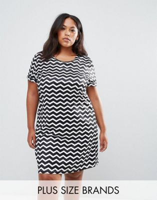 Yumi Plus Tunic Dress With Metal Plate Detail In Chevron Print