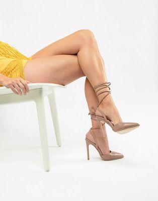 Zapatos de tacón con lazo anudado al tobillo y tachuelas Qween Mink de Public Desire