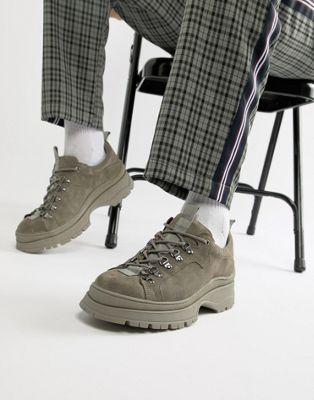 Zapatos deportivos en ante gris con suela gruesa de ASOS DESIGN