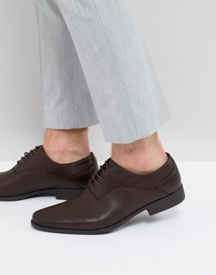 Zapatos Oxford marrones de cuero sintético con detalles en relieve de ASOS