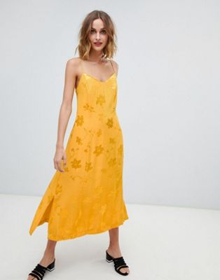 Желтое жаккардовое платье миди на бретельках Warehouse
